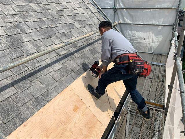 光市にて野地板増し張りカバー工法による屋根リフォームで屋根を修理