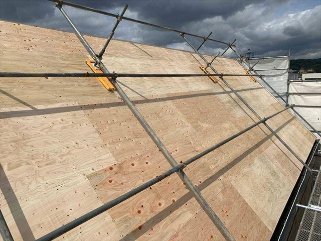 スレート屋根の上に野地板を増し張り