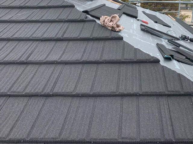 屋根カバー工法で施工しているコロナ