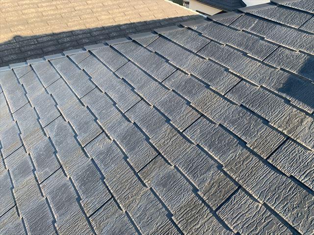 塗膜が劣化して色あせたスレート屋根