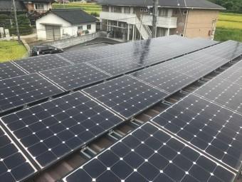 折板屋根に設置された太陽光パネル