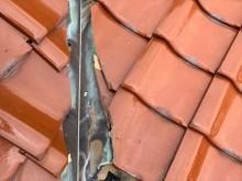 経年劣化で穴の開いた銅板の谷樋