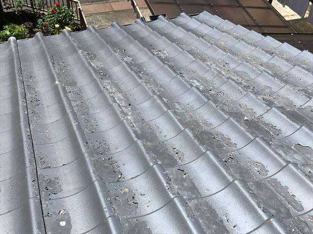 塗膜が剥がれたセメント瓦屋根