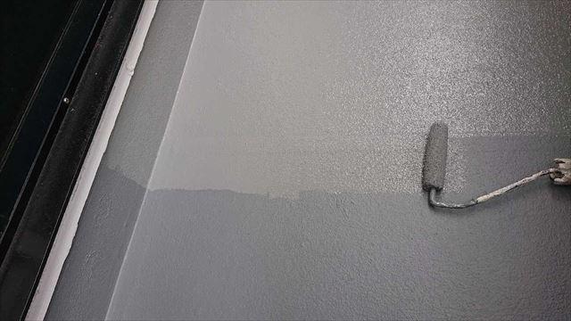 屋上防水のトップコート塗布2回目