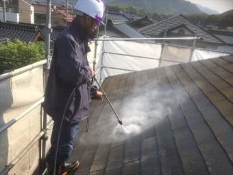屋根の汚れを高圧洗浄で落とす作業