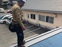 立平葺きでガルバリウム鋼板を葺く作業
