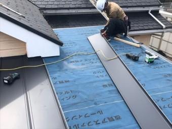 立平葺きで屋根材を葺く作業
