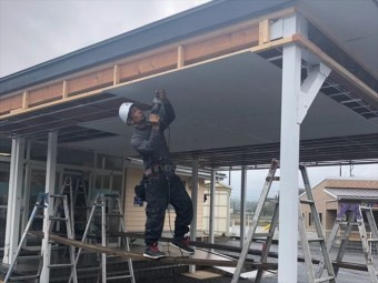 天井仕上げ材の張り作業