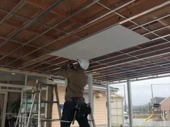 天井下地にケイカル板を張る