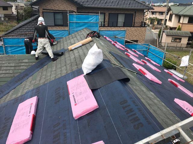 屋根を改修している写真