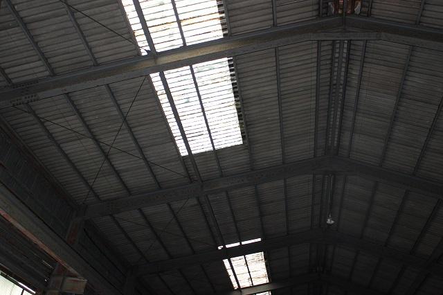 傷んだスレート屋根の内観