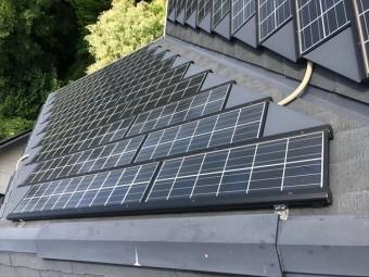 スレート屋根の上の太陽光パネル