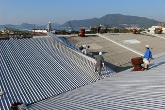 屋根を葺いているところ