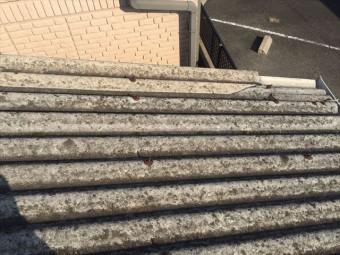 割れている波型スレート屋根