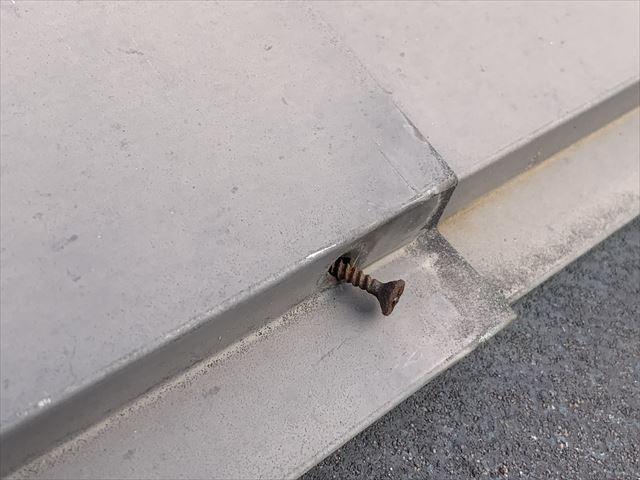 棟板金釘の浮き