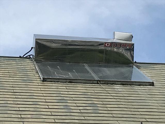 スレート屋根の上の太陽熱温水器