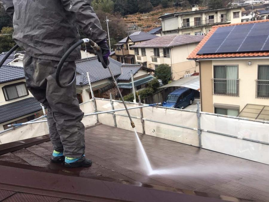 岩国市で化粧スレート屋根塗装の為、バイオ高圧洗浄とタスペーサー挿入(縁切り)