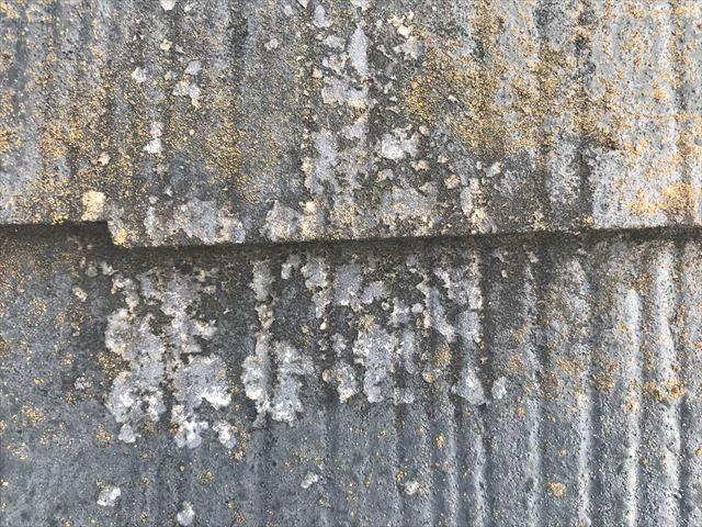 スレート屋根の塗膜剥がれ