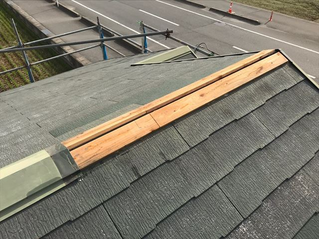 棟板金の下の貫板