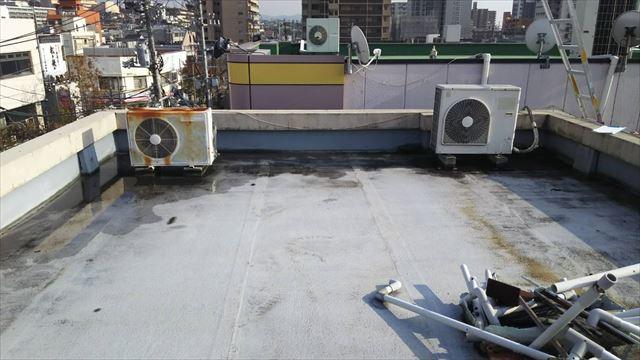 雨漏りした屋上