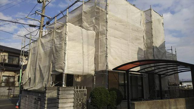 足場を設置した2階建て住宅