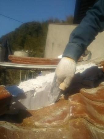 隅棟の土台の漆喰をコテでならす作業