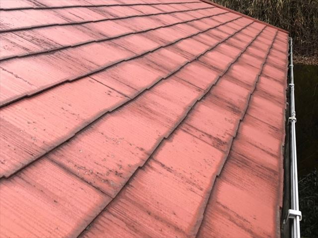 屋根材の先端が色褪せしたスレート屋根