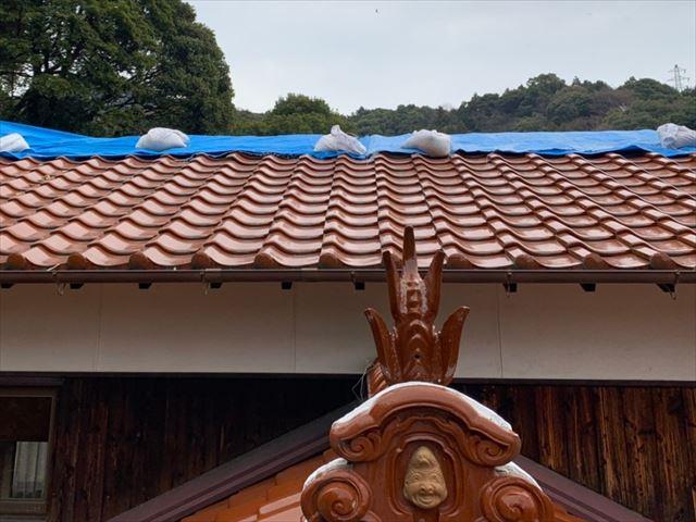 ブルーシートがかかっている屋根