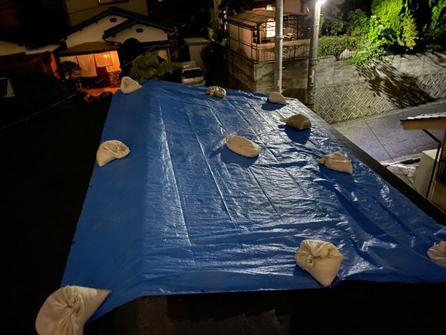 ブルーシートをかけた雨養生で応急処置
