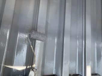 折板屋根の中塗り