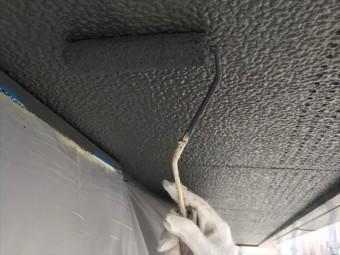 軒天をローラーで塗装