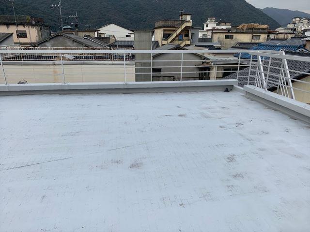 屋上の色褪せた防水層