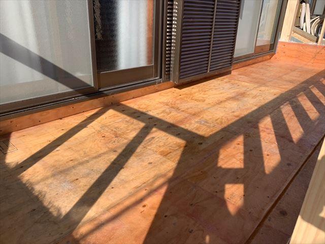 ベランダ床面にプライマー塗布
