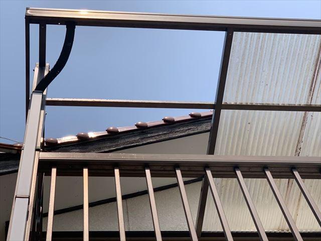 波板が飛散したベランダ屋根