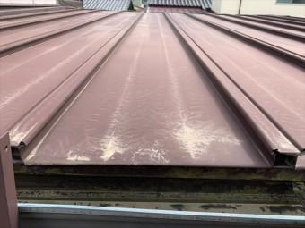 瓦棒葺きのトタン屋根の白サビ