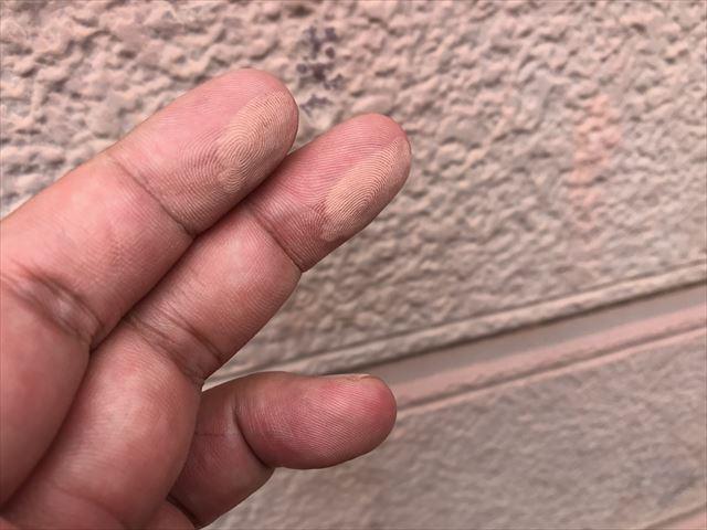 チョーキングした壁を触った手