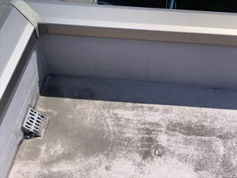屋上の笠木と排水口