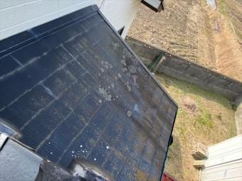 色褪せてカビ・苔が発生したスレート屋根