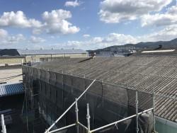 傷んだ工場のスレート屋根