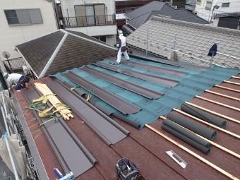 防水紙を敷き、屋根材を置いていきます